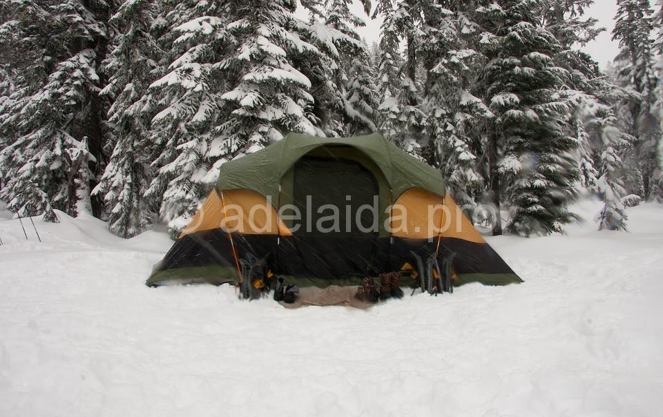 Немаловажным признаком хорошей палатки является продублированный вход, в виде москитной сетки.