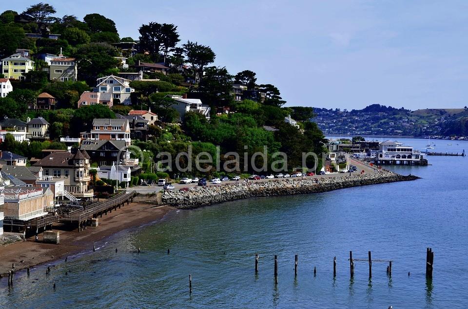 Прибрежный саусалито простирается вдоль залива Сан-Франциско