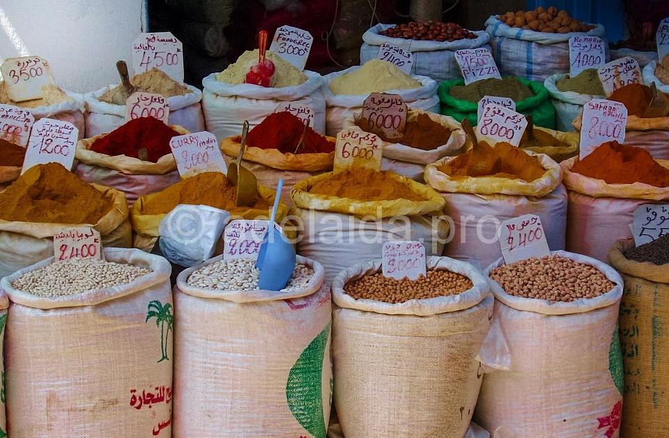 Заслуживает посещения не только туристический «восточный» рынок, где можно купить всевозможные тунисские сувениры