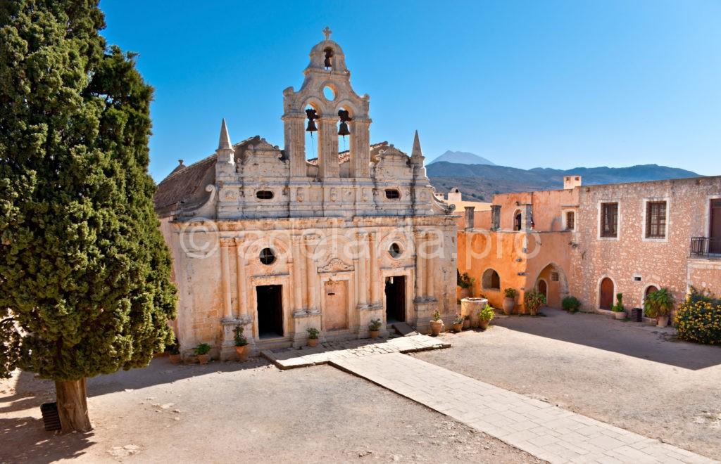 немаловажной известностью обладает Аркадийский монастырь, который расположен на склоне Иды