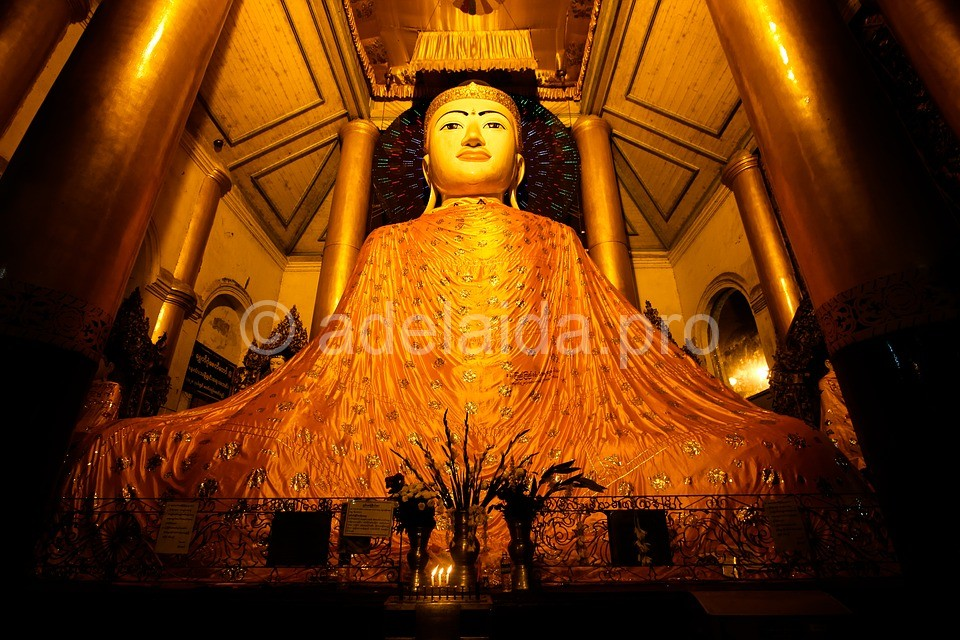 Переливаясь на солнце, Шведагон торжеством роскоши подавляет старую бирманскую столицу