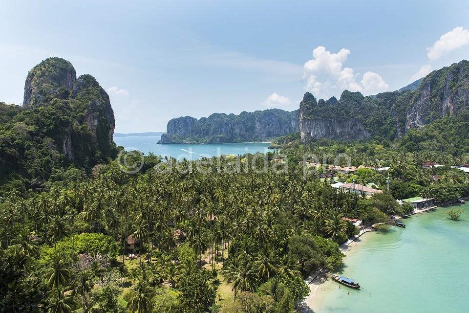 В это время зеленые шапки гор возвышаются над островами и непроходимой частью джунглей