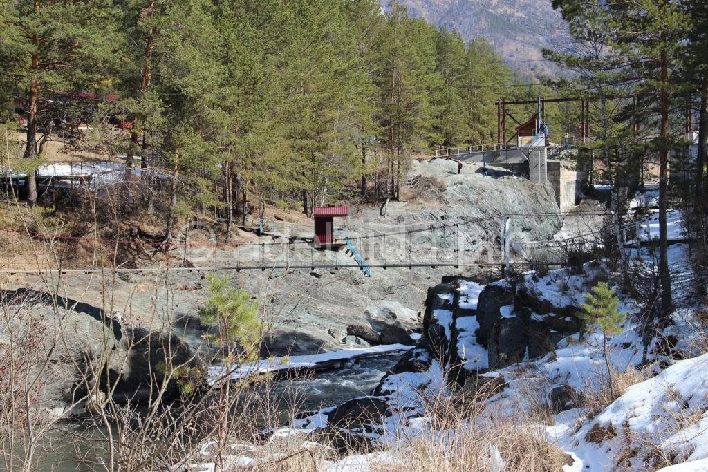 Соединяет два берега подвесной мост