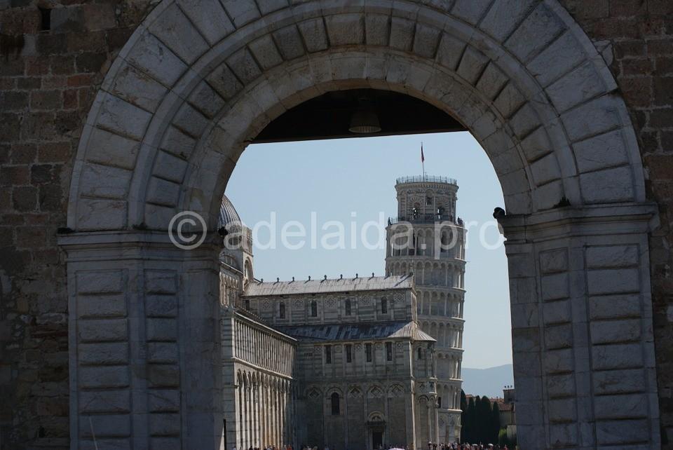 Интерьер башни представлен огромными крытыми галереями, которые соединяются аркой