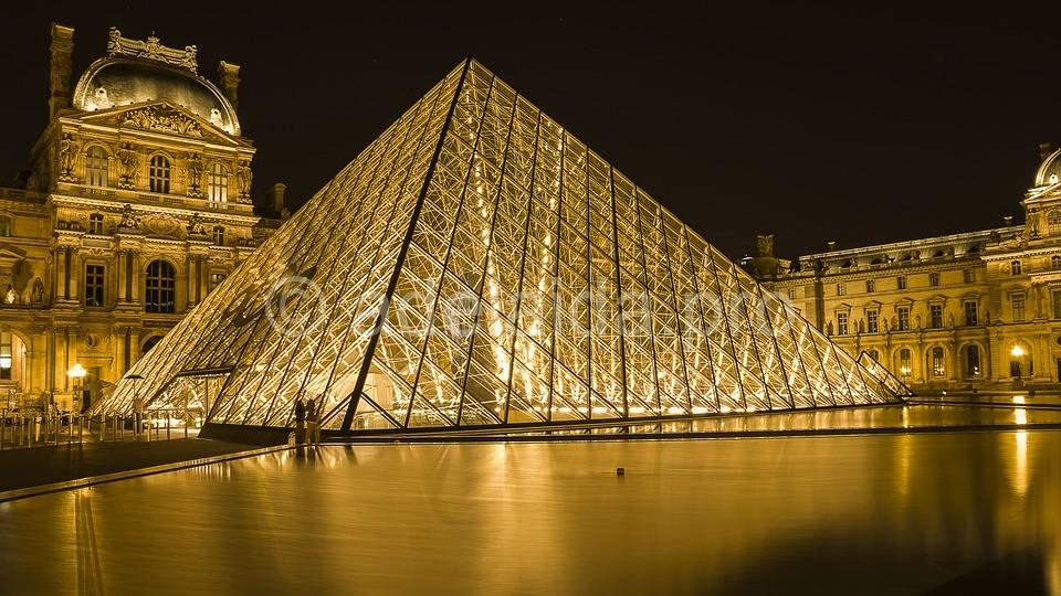 Лувр поражает своими размерами