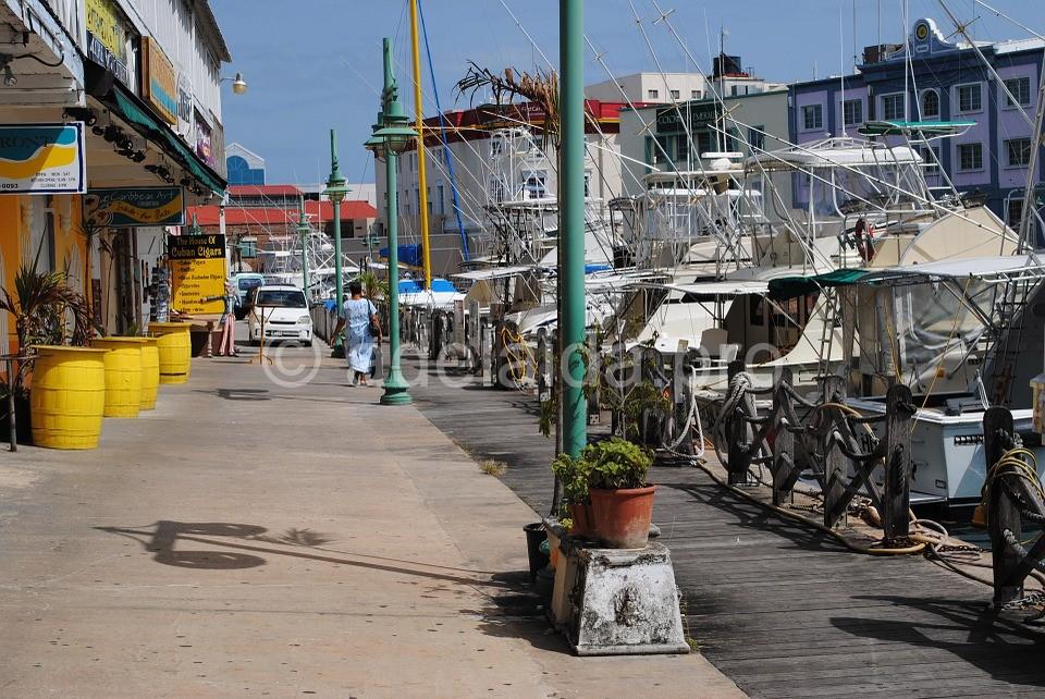 До любой точки острова из аэропорта можно добраться на круглосуточно работающем такси