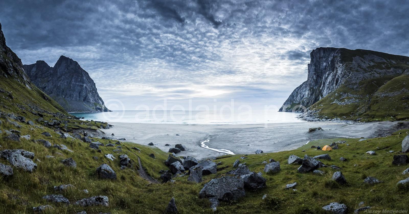 Пляж Квалвика на северо-западе Норвегии