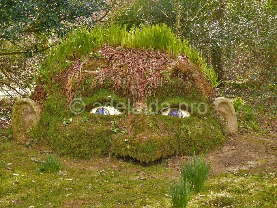 Одной из самых примечательных частей сада являются огромные каменные фигуры головы великана