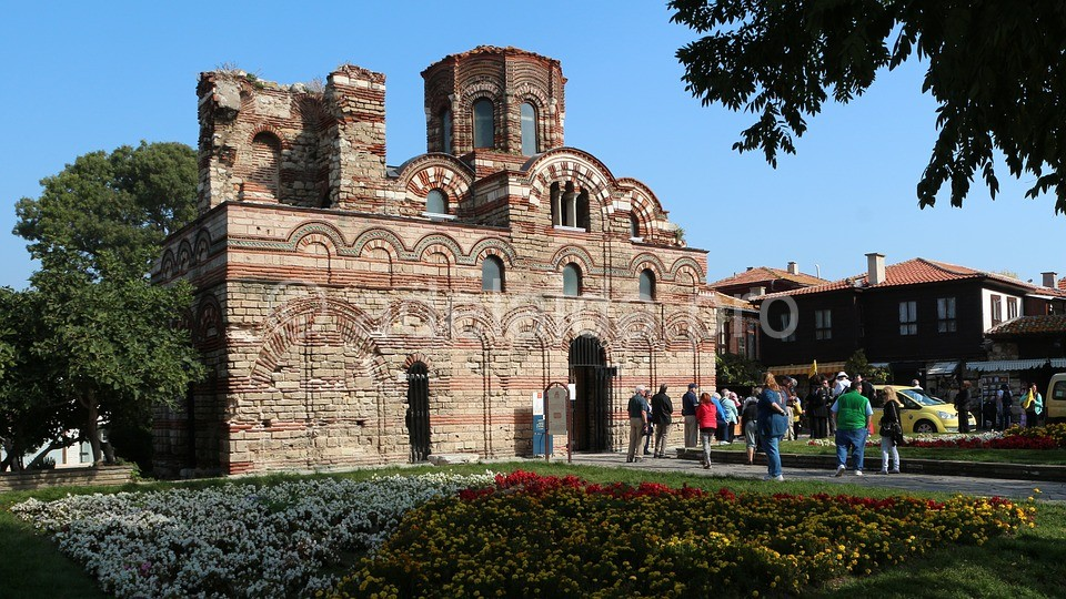 Узкие каменные улицы старого Несебра создают впечатление средневекового города