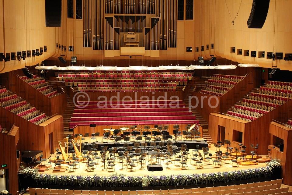 В среднем за год в стенах оперы проходит около 3000 концертов