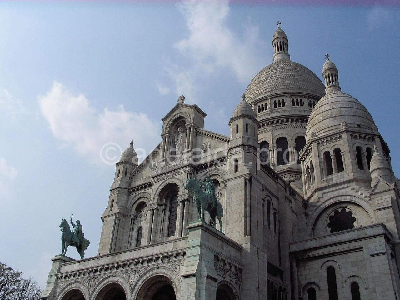 По пути на Монмартр, вдали видна базилика Сакре-Кер, это самое высокое место города