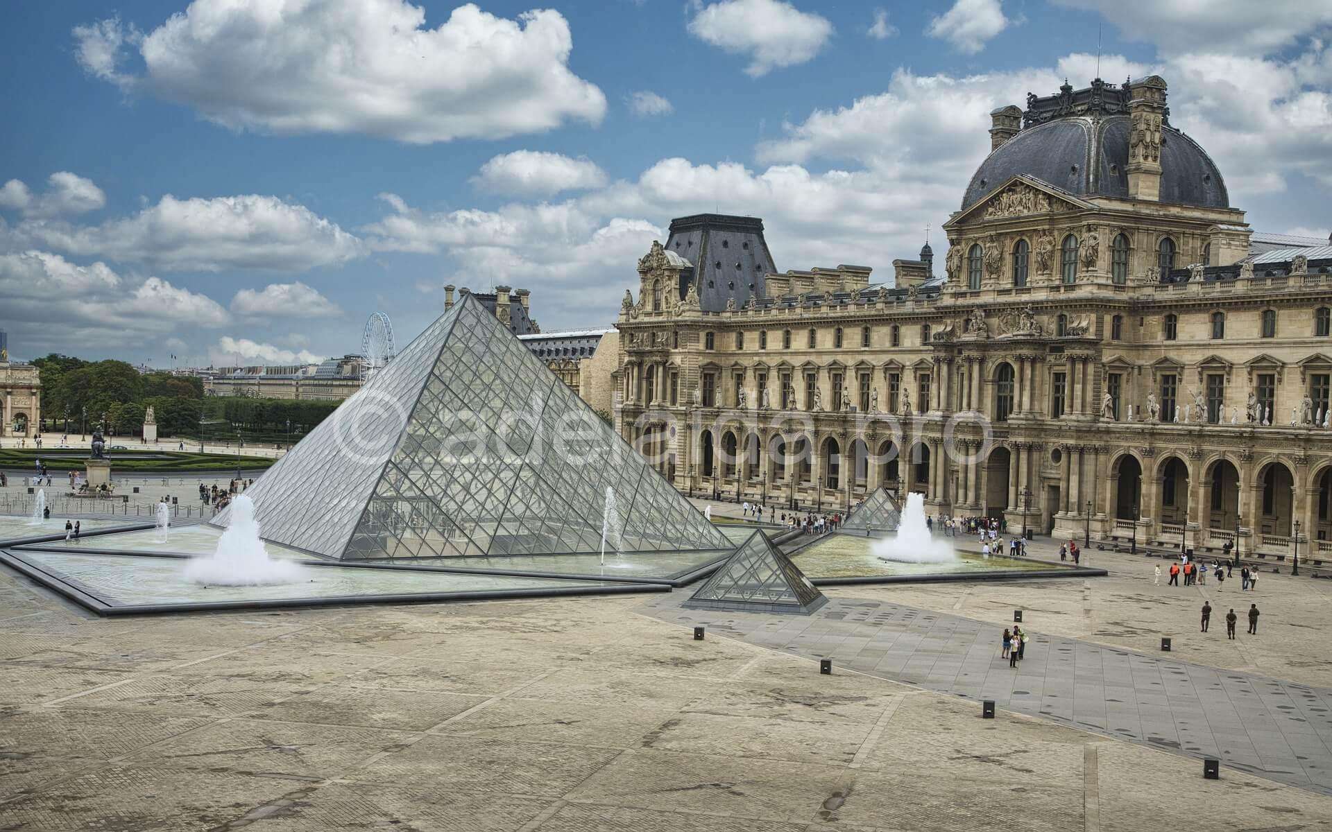 Внутренний двор Лувра, Прозрачная пирамида — вход в Лувр
